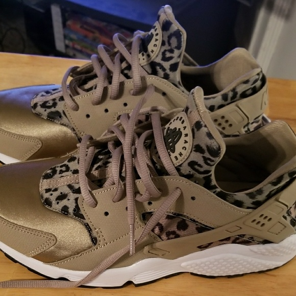 3dee95e56160 Women s Nike Air Huarache Run SE Leopard Print. M 5a6cfad53a112eef036d76ec